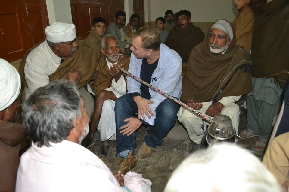 Marc Solterbeck bei Gesprächen mit den Dorfältesten.
