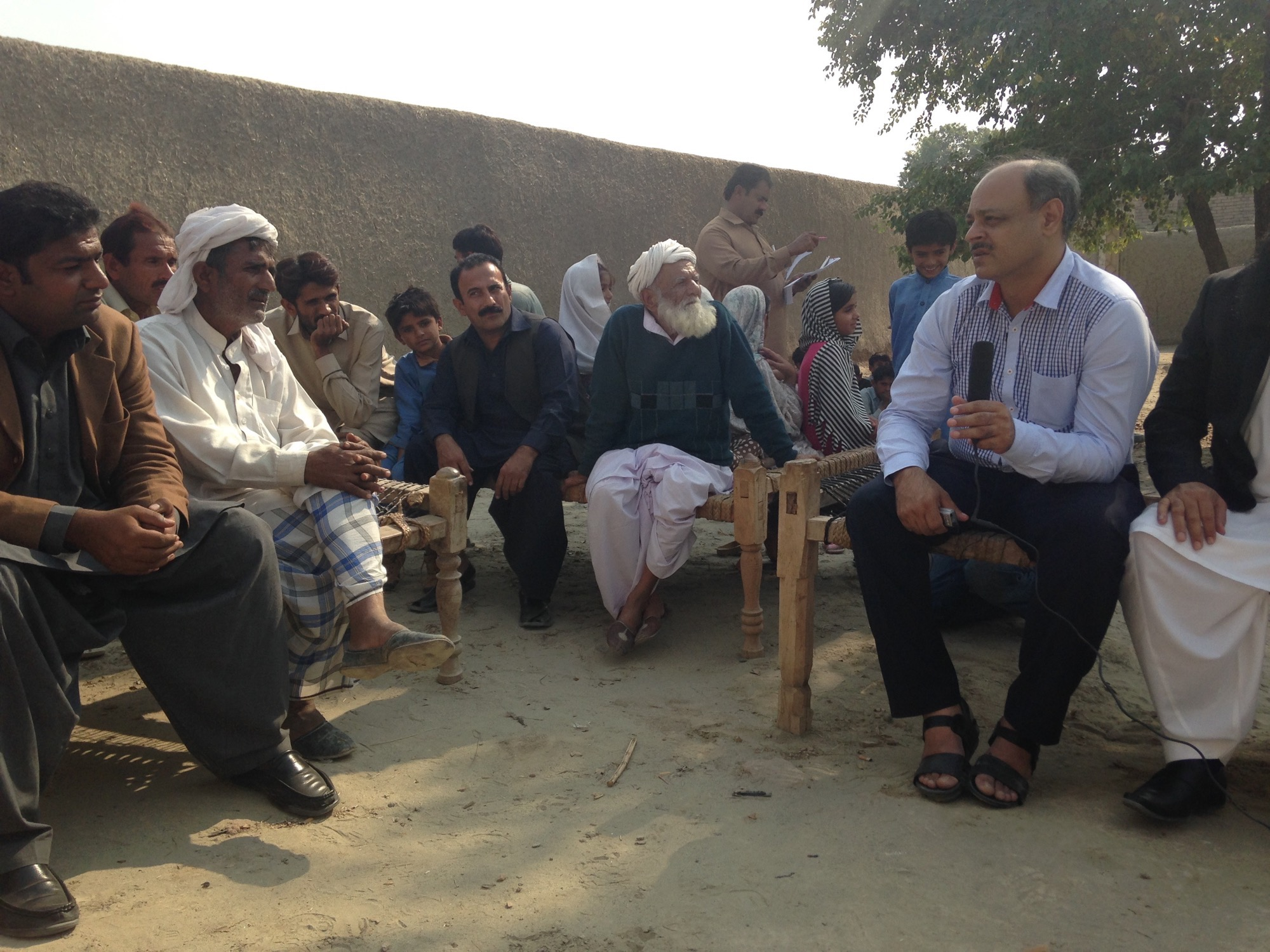 Mittendrin: Assad bei den Dorfältesten der Baumwoll-Kooperative.