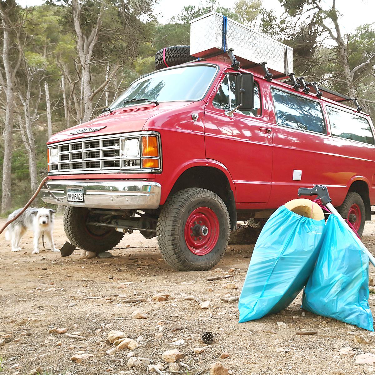 Feuerwehr-Van und Müllsäcke