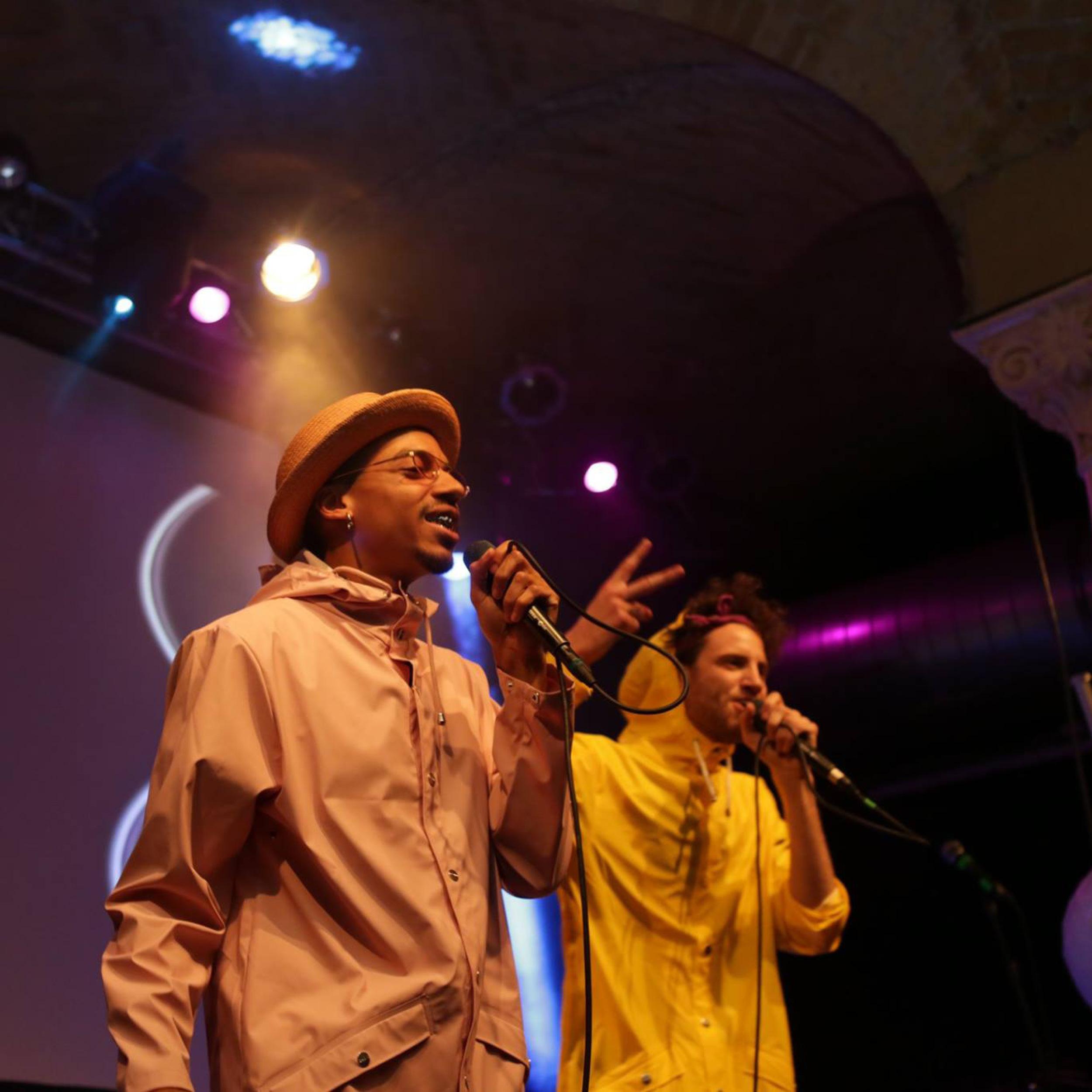 Pauly und Sydney auf der Bühne