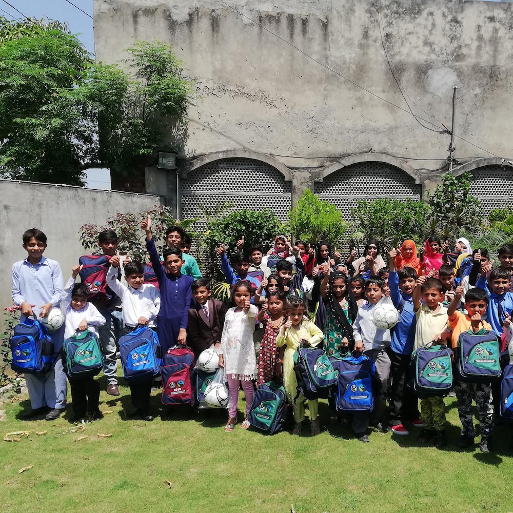 Kinder und ihre neuen Schultaschen